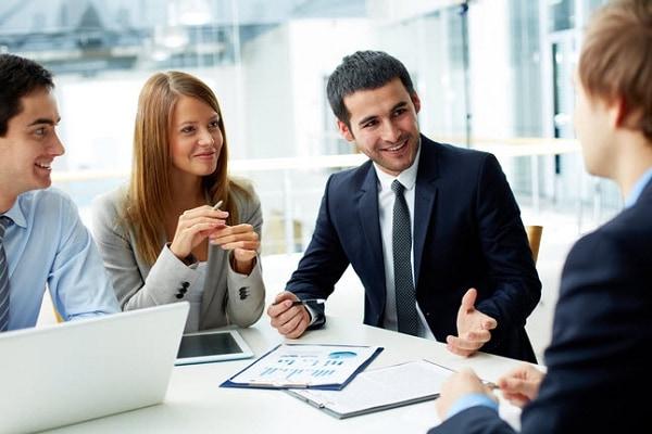 Đội ngũ nhân viên kỹ thuật tư vấn dịch vụ cho khách hàng